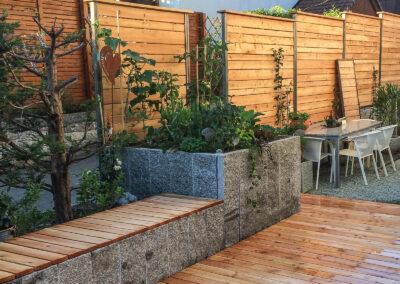 Garten mit Naturstein Hochbeet