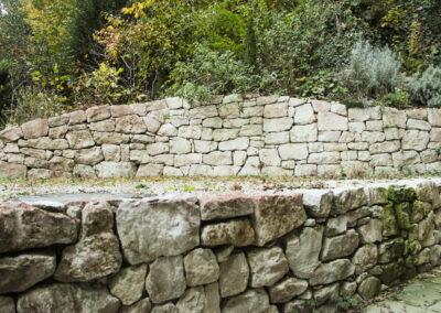 leicht gekrümmte natursteinmauer aus kalkstein